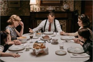 La quéitude de la vie familaile pour Donovan ( Tom Hanks ) avant le procès...