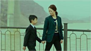 Toa ( Zhao Tao ) et sonjeune fils avant qu'ils soient séparés par le père