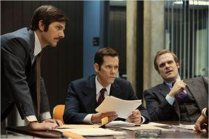 Dans les bureaux de la Police : Adam Scott; David Habour et Kevin Baco