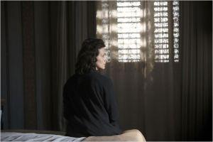 Anna ( Juliette Binoche ) cloitrée dans sa chambre