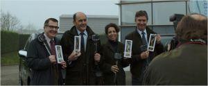 Monsieur Sim ( Jean-Pierre Bacri ) sur la photo de famille des représentants de brosse a dents écoligiques ...prêt au départ