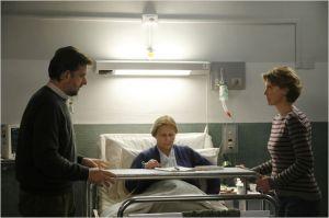 Giorgio ( Nanni Moretti)  et Marggherita ( Marghérita Buy )  au chevet de leur mère (  Giulia  lazzarini )