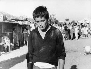 Franco Citti dans une scèbe de Accatone de Pier Paolo Pasolini