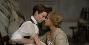 Einar ( Eddie Redmayne ) er Gerda ( Alicia Vilkander )