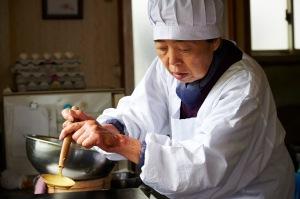 Tokue ( Kirin Kiki ) préparant les délicieux gateaux