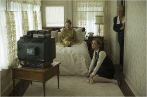 Joy (Jennifer Lawrence) en compagnie de sa mère ( Virgina Madsen ) accroc à la TV