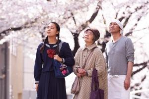 de Gauche à droite : Wakana ( Kyara Uchida) , Tokue ( Kirin Kiki) et Sentaro ( Masatochi Nagase )