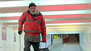 Hector ( Peter Mullan ) avec sa bequille et sa valise , sur la route de la rédemption?