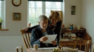 la lecteure de la lettre  par Kate ( Charlotte Rampling  )  et Geoff ( Tom Courtnay )  ,