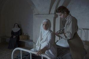 Mathilde ( lou De Lâage  )  soigne une  nonne du couvent