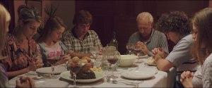 La famille modèle (? )  réunie en prière...