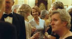 la scène de lanniversaire  de  mariage ...kate ( Charloote Rampling ) rerouve le  sourire ...