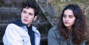 Lina ( Manal Issa ) et Rafaël ( Vincent Lacoste )