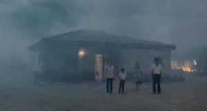 Le nuage de cendres  envahit   maison et  habitants..;