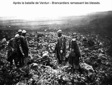 Aprés Verdun - Brancardiers ramassant les blessés