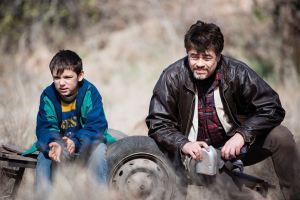 le jeune Nikola( Eldar Residovic ) et Bénicio Del Toro