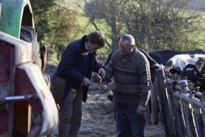 Sur le térrain , Jean-Pierre ( François Cluzet ), soigne un Paysan ...