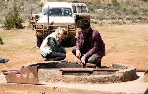 face au puis contaminé : Mélanie Thierry et Bénicio Del Toro.