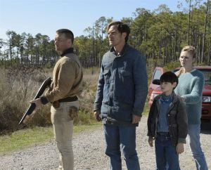 au centre : Aldon ( Jaeden Liberher ) avec sa famille protectrice de gauche à droite : Joël Edgerton , Michaël Shannon et Kristen Dunst : c avec sa famille proteedon ( Je