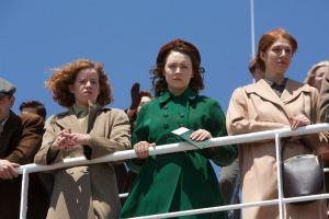 au centre :Eilis (Saoirse Ronan) sur le bateau pour l'Amérique ...