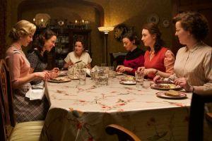 Eilais ( Saoirse Ronan) en compagnie des jeunes filles de la pension de Brooklyn