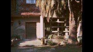 une vue de l'extérieur de la maison