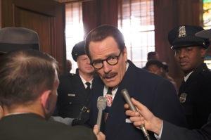 Dalton Trumbo ( Bryan Cranston ) face aux acusations et aux médias ...