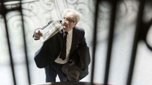 Fritz  Bauer  défaint ses adversaires en montrant  le journal où est annoncé la capture d'Adolf Eichmann