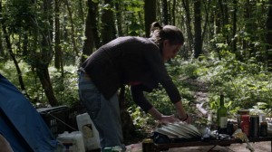 Laetitia  qui a choisi de vivre dans le bois , faut sa vaisselle...