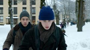 Dans la rue  , comme au Lycée, Damien ( Kacey Mottet Kein )  et To ( Corentin Fila ) , se  toisent ...