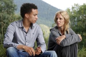 au premeir plan Tom ( Corentin Fila )  et  la mère  ( Sandrine Kiberlin ) de   Damien...