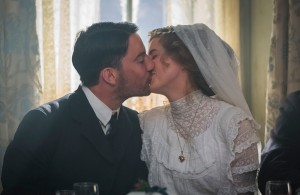 Le mariage de  Chris ( Agyness Deyn )  et d'Ewan (  Kévin Guthrie )