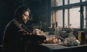 Teddy ( Raphaël Pesonnaz) installé dans sa cabane