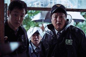 Les policiers découvrant l'horreur meutrière ( à Droite Kwak Do-Won )
