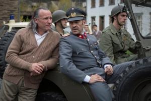 Paul Schäfer,reçoit les miltaires dans la colonia Dignidad