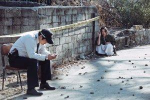 Le policier ( Kwal Do- Woon ) et lu fond, la jeuen fille qui rode ( Chun Woo- He )