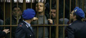 Les criminels derrièe les barreaux . Au centre le père ( Alessio Pratico )lepère de Denise...