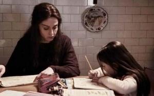 Léa ( Vanessa Scalera ) à l'éducationde sa petite fille , Denise