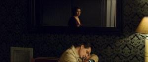Daine ( Emmanuelle Devos ) , au premeir plan son mari . La distance s'installe...