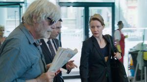 Toni ( Peter Simoischeck ) s'invite aux réunons professionnelles de sa fille ...