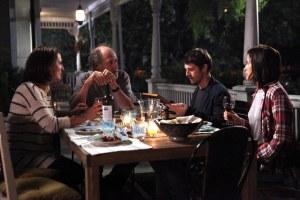 Diner  avec la famille de  Pierre.( Gabriel Arcand, sa  femme  (  Marie Thérèse  Fortin)  et sa  fille, Bettina  ( Catherine De  Léan)