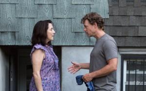 la couturière ( Talia Blasm) et Brian son propriètaire ( Greg Kinnear )