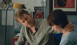 Brian ( Greg Kinnear ) s'explique face à son fils , Jake ( Theo Taplitz)
