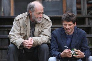 Mathieu ( Pierre Deladonchamps) accueili par l'ami de son père ( Gabriel Arcangd) à son arrivée au Canada