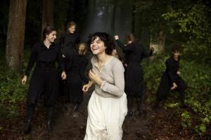 Loïe Fuller ( Soka ) dans une scène du film...