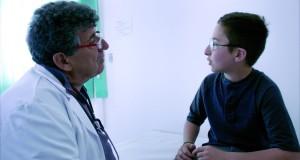 à Gauche le médecin qui soigne Samuele. . Celui qui soigne aussi les migrants et dont le récit est bouleversant