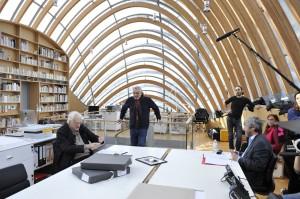 une scène de tournage, Bertrand Tavernier face à l'équipe de techniciens ...