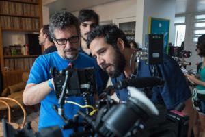 Une scène de tournage . Au premier pla le cinéaste Kléber Mendonça Filho