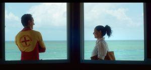 Clara et le maître nageur qui va l'aider ...