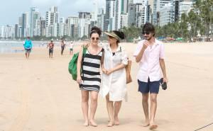 Clara en promenade sur la plage de Récife en compagnie d'amis